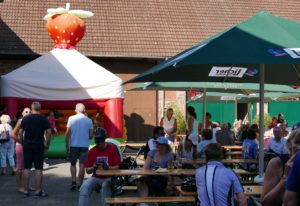 Kinzigtal Total 09 - Erdbeer- Hüpfburg für die  Kleinen