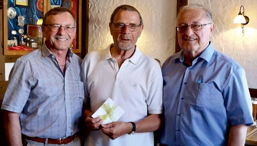 Für die Harmonie überbringen Gerhard und Herbert Sauer die Glückwünsche des Vereins und überreichen dem Jubilar ein kleines Geburtstagsgeschenk.